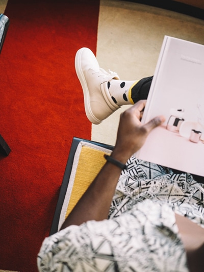 Persona leyendo un folleto corporativo